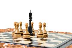 As partes de xadrez são colocadas no tabuleiro de xadrez Foto de Stock