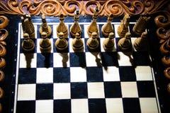As partes de xadrez são colocadas no tabuleiro de xadrez Imagem de Stock