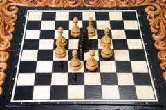 As partes de xadrez são colocadas no tabuleiro de xadrez Fotografia de Stock Royalty Free