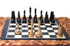 As partes de xadrez são colocadas no tabuleiro de xadrez Imagem de Stock Royalty Free