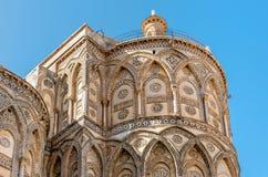 As partes externas das entradas principais e de seus arcos aguçado da igreja antiga da catedral em Monreale, Sicília Imagem de Stock Royalty Free