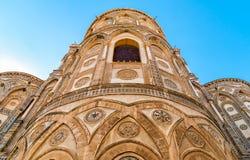 As partes externas das entradas principais e de seus arcos aguçado da igreja antiga da catedral em Monreale, Sicília Imagens de Stock Royalty Free