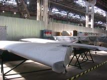 As partes no empacotamento das asas dos aviões para a empresa da aviação na planta são feitas fotos de stock royalty free