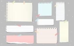 As partes rasgadas coloridas do papel de nota, caderno cobrem para o texto colado no fundo cinzento Ilustração do vetor ilustração do vetor