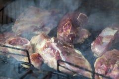 as partes suculentas de cordeiro fritaram em carvões no fumo imagem de stock