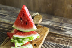 As partes triangulares de uma melancia em uma cozinha embarcam Fotos de Stock