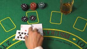 As partidos y triunfo del jugador de la veintiuna en casino metrajes