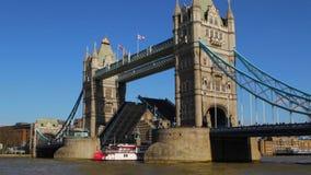 As passagens do barco através da ponte da torre abrem a ponte levadiça video estoque