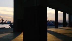 As passagens do sol através das colunas vídeos de arquivo