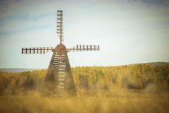 As pastagem com o moinho de vento no outono Imagem de Stock