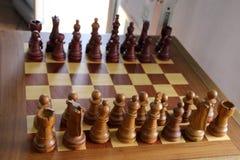 As peças do jogo de xadrez estão prontas para atacar para o jogo foto de stock royalty free