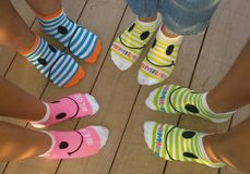 As peúgas coloridas criam uma imagem dos pés felizes! Fotos de Stock Royalty Free