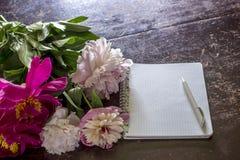 As peônias um ramalhete bonito encontram-se no velho uma tabela, não estão em seguida Fotografia de Stock Royalty Free