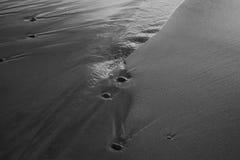 As pedras da areia no mar acenam o borrão do filme Imagens de Stock