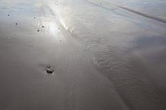 As pedras da areia no mar acenam o borrão do filme Imagens de Stock Royalty Free