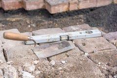 As pedras de pavimentação são colocadas após o trabalho da câmara de visita fotografia de stock
