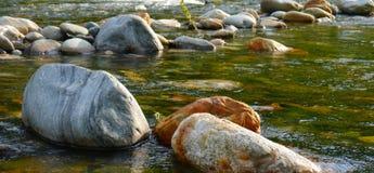 As pedras do rio da água fluem resto do poder Imagens de Stock Royalty Free