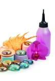 As pedras dos termas, o seashell, a esponja do banho e uma orquídea florescem Fotografia de Stock Royalty Free