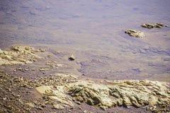 As pedras e a água surgem no rio em Suratthani Fotos de Stock