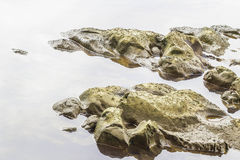 As pedras e a água surgem no rio em Suratthani Imagem de Stock Royalty Free