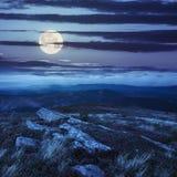 As pedras na montanha cobrem na luz de lua Imagem de Stock