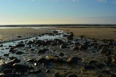As pedras obstruem a água Fotos de Stock