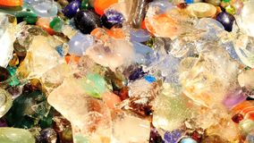 As pedras preciosas naturais efervescentes de derretimento da abertura de gelo estimam zumbir filme