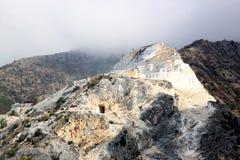 As pedreira de mármore nas montanhas aproximam Carrara Fotos de Stock Royalty Free
