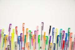 As penas brilhantes, coloridas em um fundo branco dispararam em despesas gerais Imagens de Stock Royalty Free