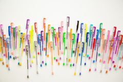 As penas brilhantes, coloridas em um fundo branco dispararam em despesas gerais Foto de Stock Royalty Free