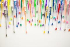 As penas brilhantes, coloridas em um fundo branco dispararam em despesas gerais Fotos de Stock
