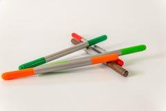 As penas de marcador, vermelho, verde, alaranjado e marrom, ajustaram o highlighte da cor Foto de Stock