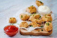 As pepitas deliciosas serviram na placa com dois molhos Fotos de Stock