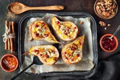 As peras cozeram com queijo azul, wallnuts e doce Fotografia de Stock
