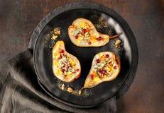 As peras cozeram com queijo azul, wallnuts e doce Imagem de Stock Royalty Free