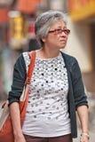 As pessoas idosas fêmeas andam no centro da cidade do Pequim, China Foto de Stock