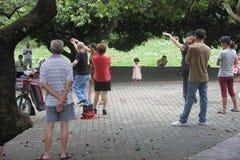 As pessoas idosas para praticar a dança quadrada no parque do sheKou Imagens de Stock Royalty Free