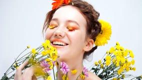 As pestanas gostam das pétalas das flores Moça bonita na imagem da flora, retrato do close-up imagens de stock