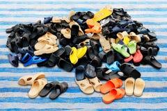 As pilhas das sapatas venderam no vário mercado rural da terra das combinações de cor, sandálias, calçados casuais imagens de stock royalty free