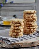 As pilhas de biscoitos caseiros do mel com quebras adicionaram com coco Fotos de Stock