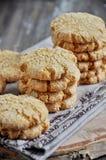 As pilhas de biscoitos caseiros do mel com quebras adicionaram com coco Foto de Stock Royalty Free