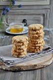 As pilhas de biscoitos caseiros do mel com quebras adicionaram com coco Fotografia de Stock