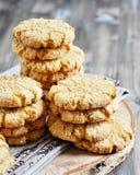 As pilhas de biscoitos caseiros do mel com quebras adicionaram com coco Imagens de Stock Royalty Free