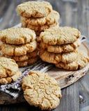 As pilhas de biscoitos caseiros do mel com quebras adicionaram com coco Imagens de Stock