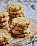 As pilhas de biscoitos caseiros do mel com quebras adicionaram com coco Fotografia de Stock Royalty Free