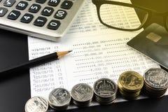 As pilhas de moeda e e de calculadora na operação bancária esclarecem o negócio Imagem de Stock