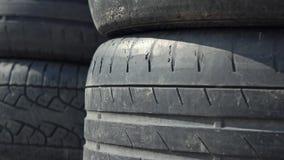 As pilhas de pneumáticos que velhos do carro usado 4K zumbem dispararam dentro Local de eliminação video estoque