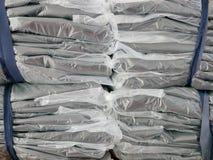 As pilhas de roupa embalaram em uns sacos de plástico prontos para ser enviado/distribuído fotografia de stock royalty free