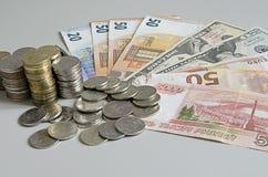 As pilhas de rublo inventam em cédulas do rublo do dólar do Euro no fundo da cor sólida Fotografia de Stock Royalty Free