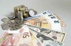 As pilhas de rublo inventam em cédulas do rublo do dólar do Euro no fundo da cor sólida Fotos de Stock